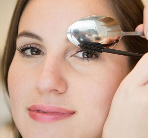 Dùng một chiếc thìa sẽ giúp việc chuốt mascara của bạn trở nên dễ dàng hơn