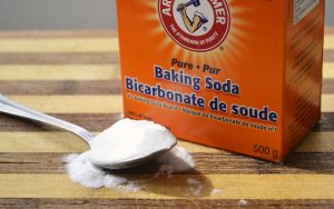 Baking soda giúp loại bỏ những mảng bám trên răng.