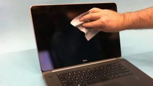Khăn làm bằng vi sợi (microfiber) là sự lựa chọn tốt nhất giúp bạn lau bụi bẩn trên màn hình máy tính