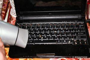 Sử dụng máy sấy tóc để thổi sạch các loại bụi bẩn trên bàn phím máy tính