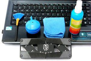 Sử dụng dung dịch vệ sinh kính hay sản phẩm vệ sinh máy tính chuyên dụng