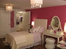 Bàn trang điểm và giường