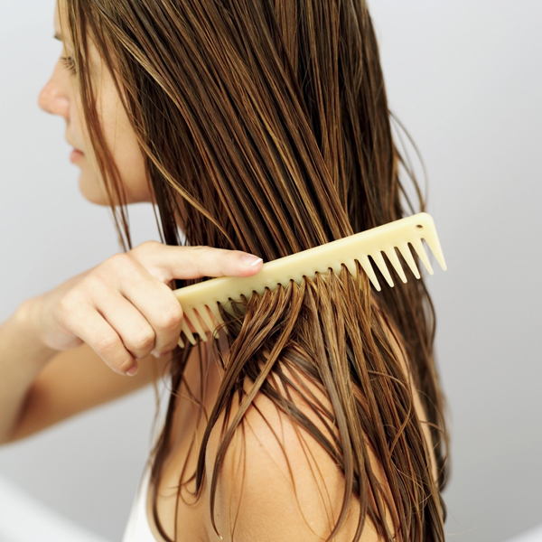 Không nên sấy tóc ngay khi vừa gội đầu xong
