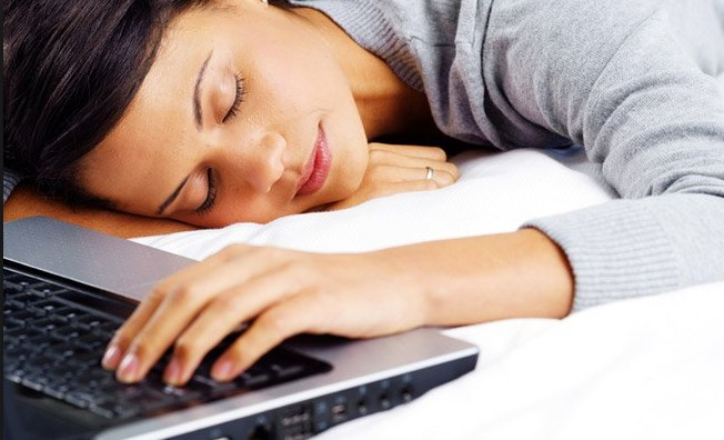 Làm việc quá sức dẫn đến cơ thể mệt mỏi và mất ngủ, chán ăn