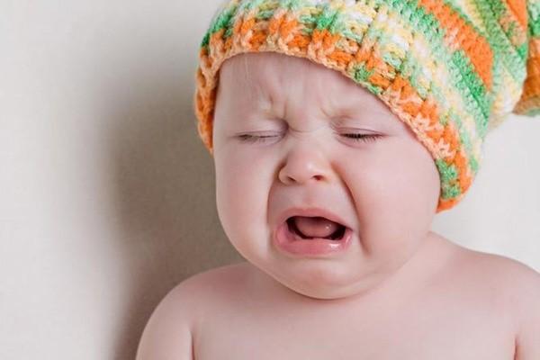 Thời tiết nắng nóng hay tình trang mệt mỏi có thể làm bé bị nhiệt miệng