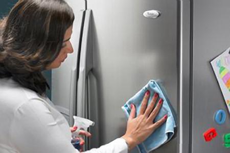 Vệ sinh tủ lạnh tại nhà thường xuyên