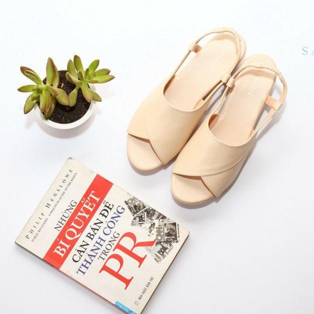 Sandal có thiết kế đơn sắc, quai dây bản to là lựa chọn cho những cô nàng có đôi chân gầy